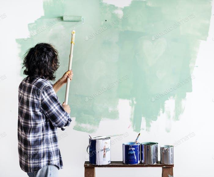 Asiatische Mann keuchen Haus Wand