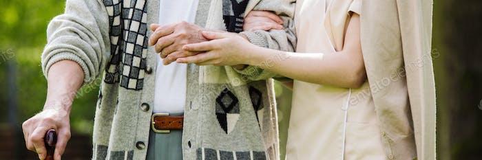 Уход и ее пациент в доме престарелых