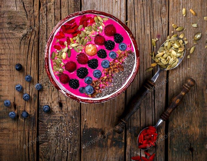 Berry Smoothie in der Schüssel mit Beeren.Detox. Frühstück Pudding