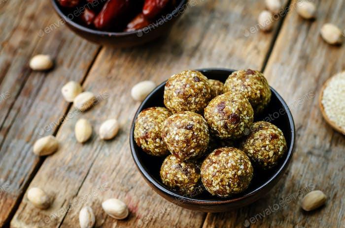 cruda vegana dátiles bolas de pistacho de sésamo