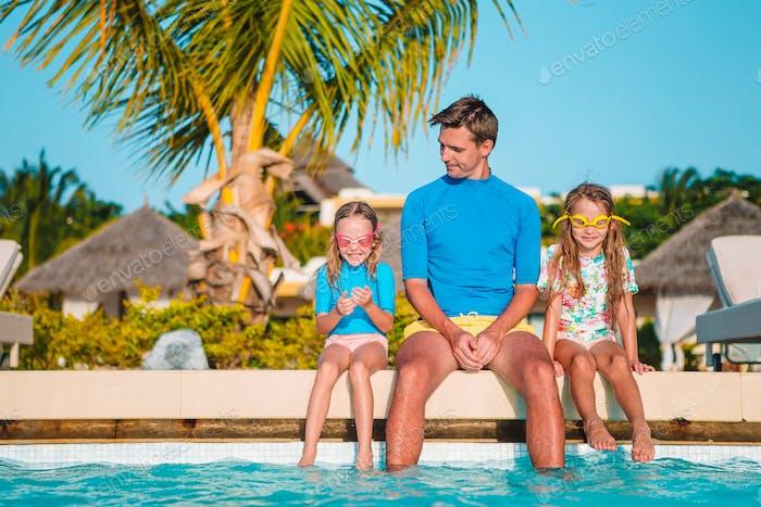 Glückliche vierköpfige Familie im Freibad