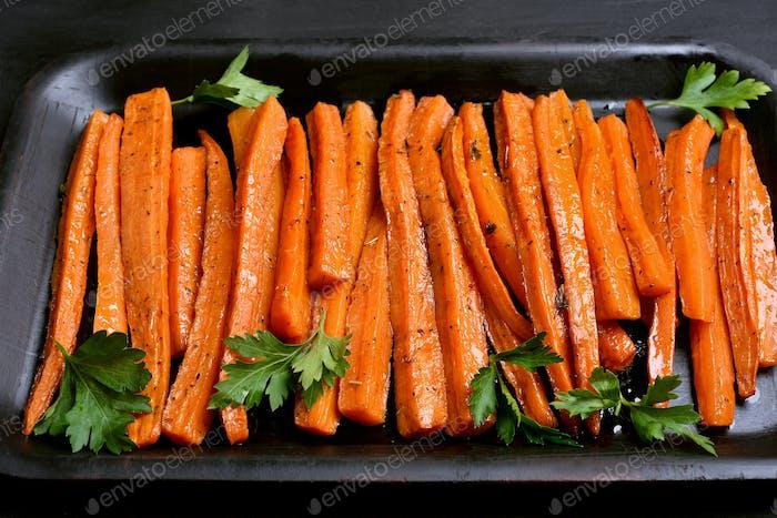 Geröstete Karotten im Backblech