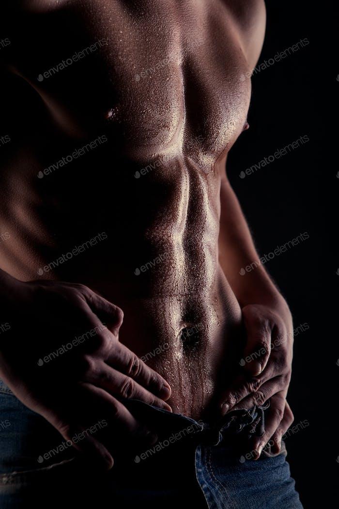 Sexy muskulösen nackten Mann mit Wassertropfen auf Bauch