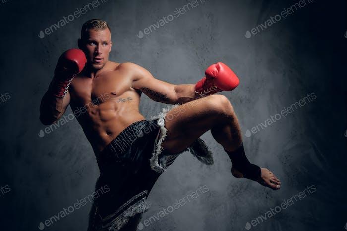 Un luchador masculino en acción.