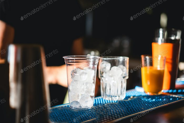 Auf der Bar stehen zwei Gläser Eis