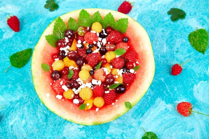 Wassermelonenschale mit Hüttenkäse und Beeren
