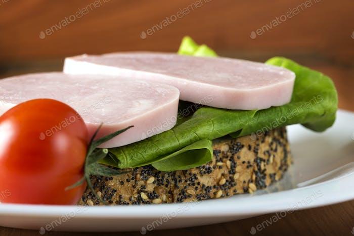 Offenes Sandwich mit Schinken, grüner Salat