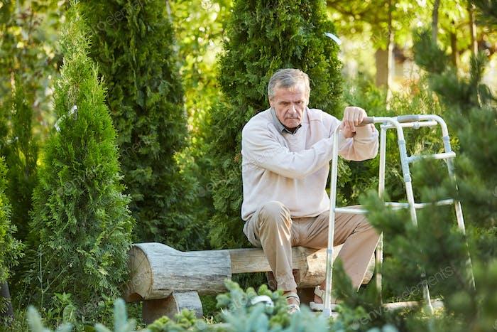 Deprimido Senior Hombre enestado Walker