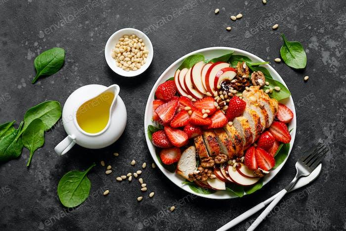 Gegrillte Hähnchenbrust und Erdbeersalat mit roten Äpfeln, frischem Spinat und Nüssen
