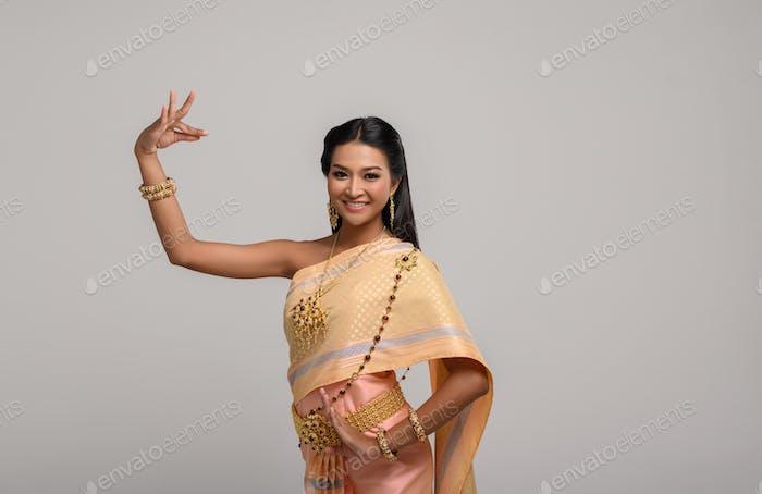 Schöne Thailänderin in Thai-Kleid und Thailän