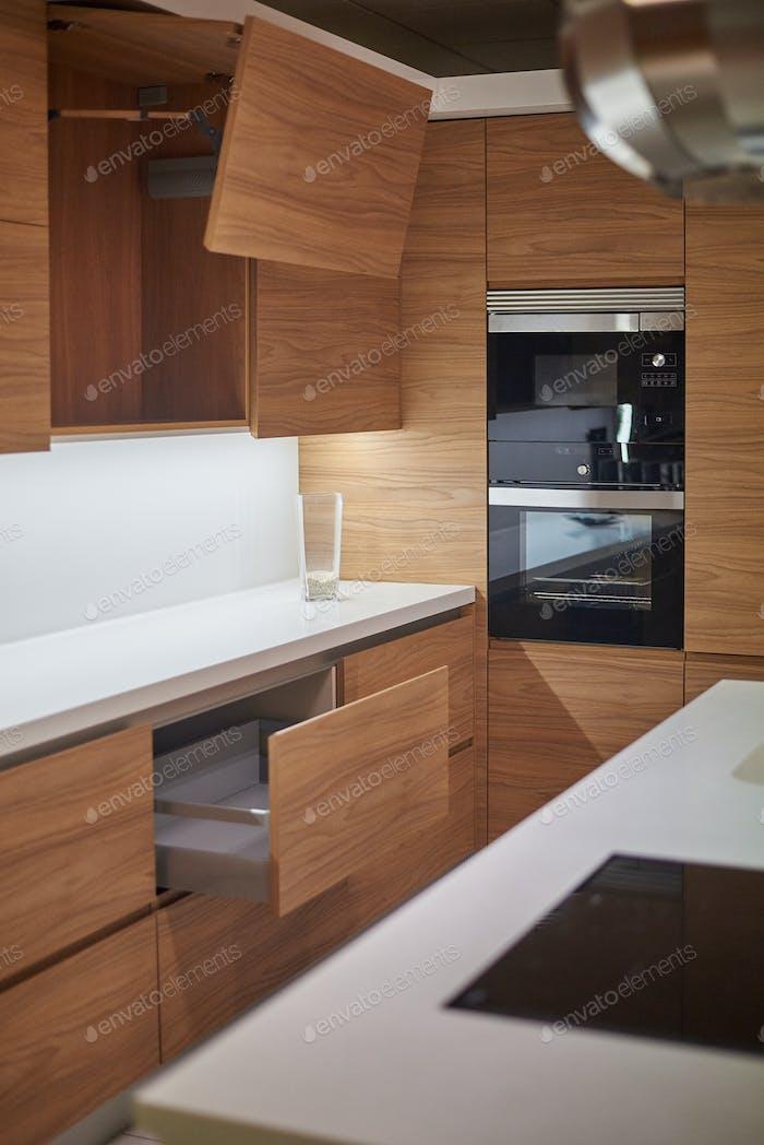 Exposición de cocina moderna hecha de madera