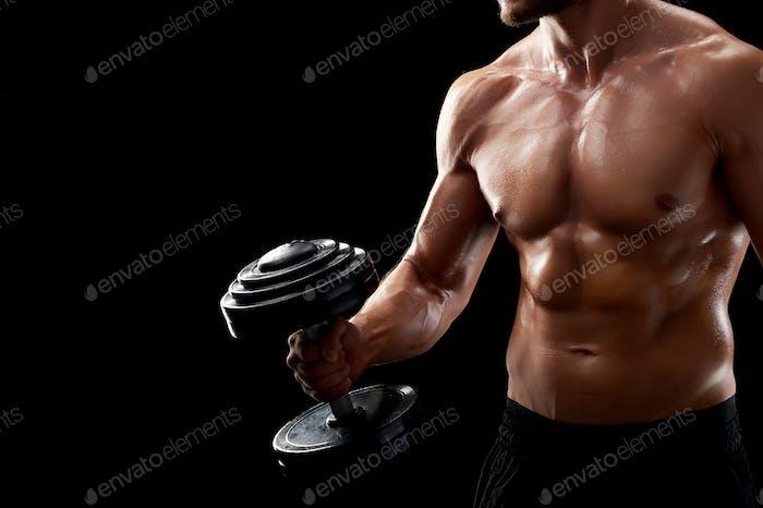 Junger Fitness-Mann im Studio
