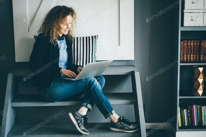 Freiberufliche Frau, die von zu Hause aus arbeitet.