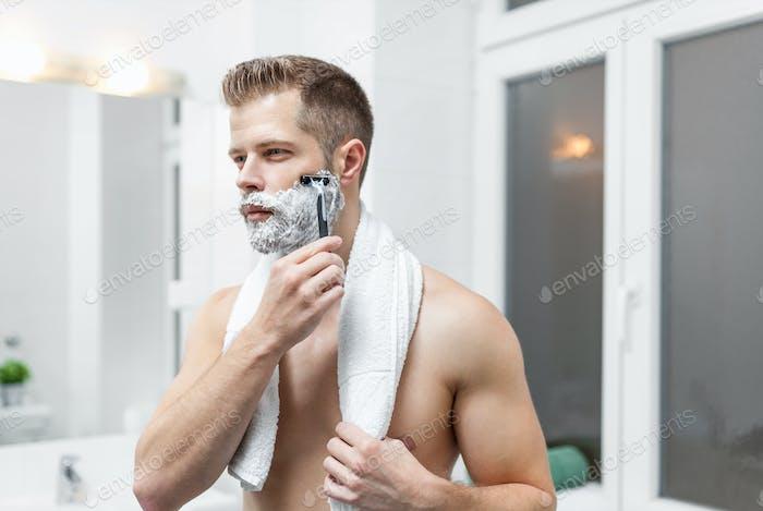 Morgendliche Hygiene, Mann im Bad Blick in Spiegel