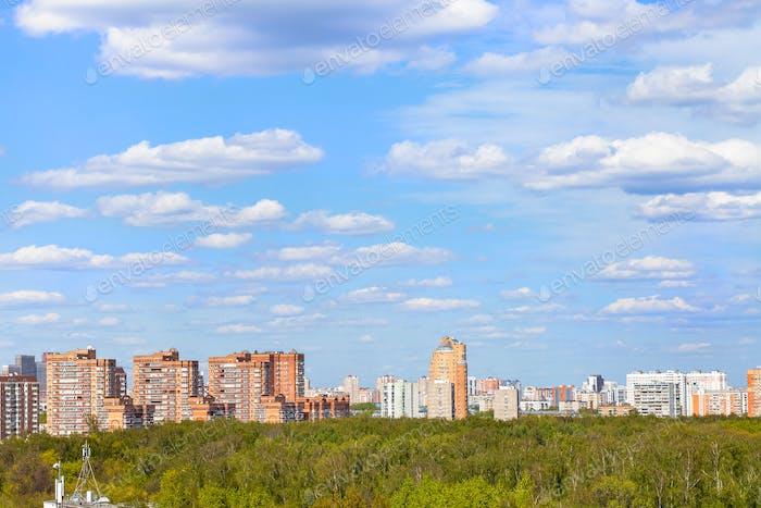 blauer Himmel mit Wolken über Stadtpark im Frühjahr
