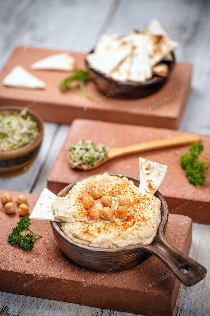 Хумус с чипсами для лавы