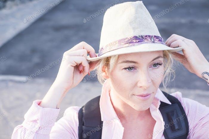 Rubia joven viaje con mochila