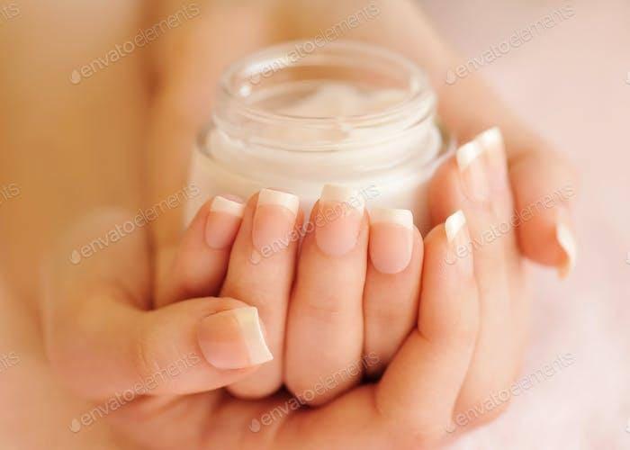 Hermosas manos de Mujer con crema