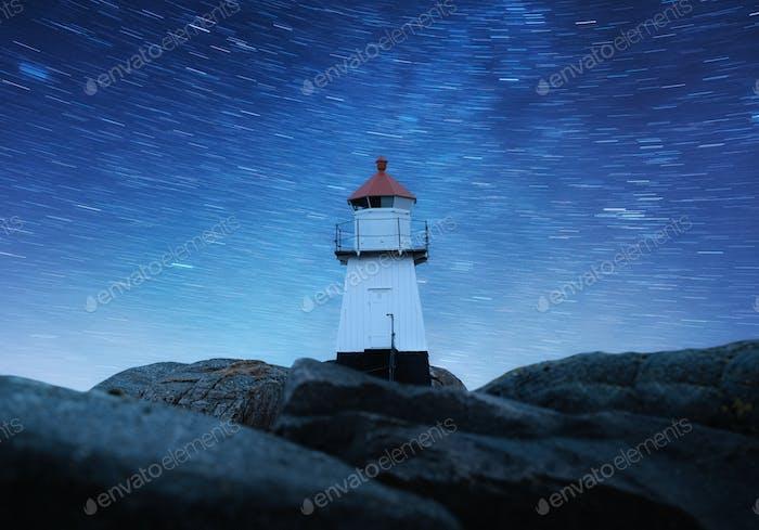 Leuchtturm in Norwegen. Landschaft in der Nacht