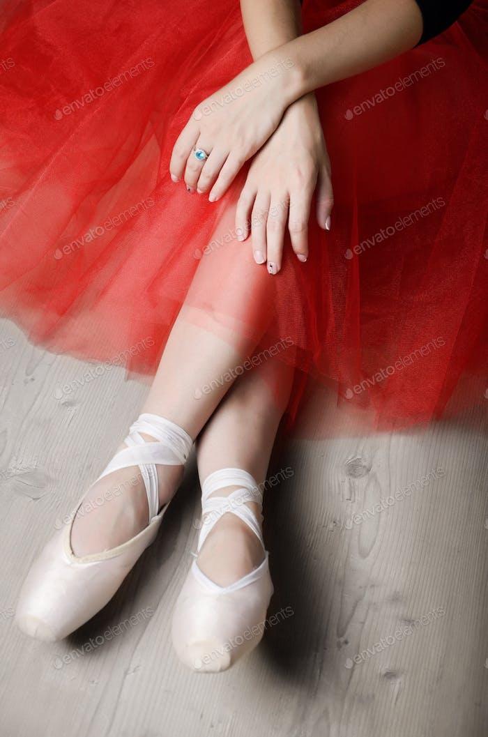 Ballerinas gekreuzte Hände und Füße während der Ruhezeit