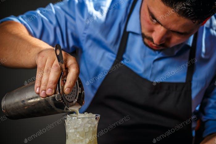 Бармен заливки свежей пина-колада