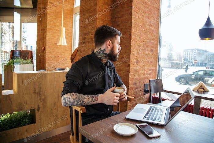 Человек, работающий на ноутбуке