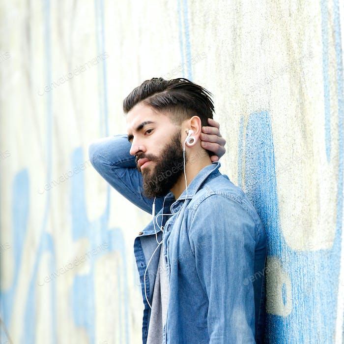 Junger Mann mit Bart entspannend