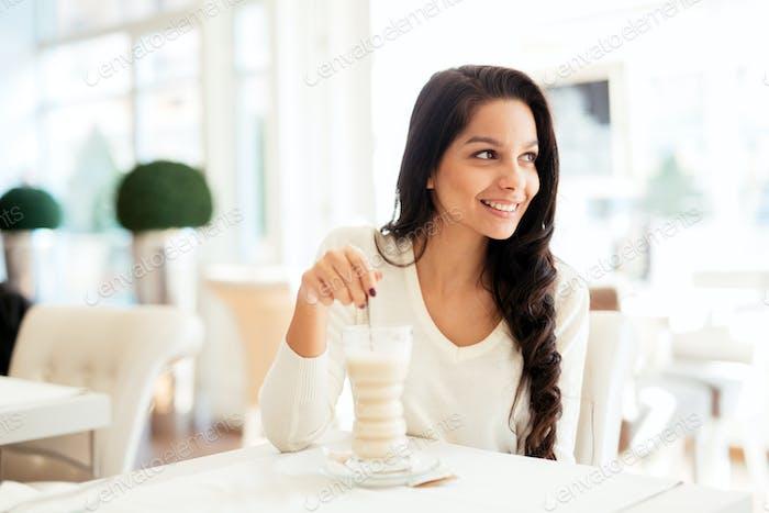 Glamouröse Dame trinken Kaffee