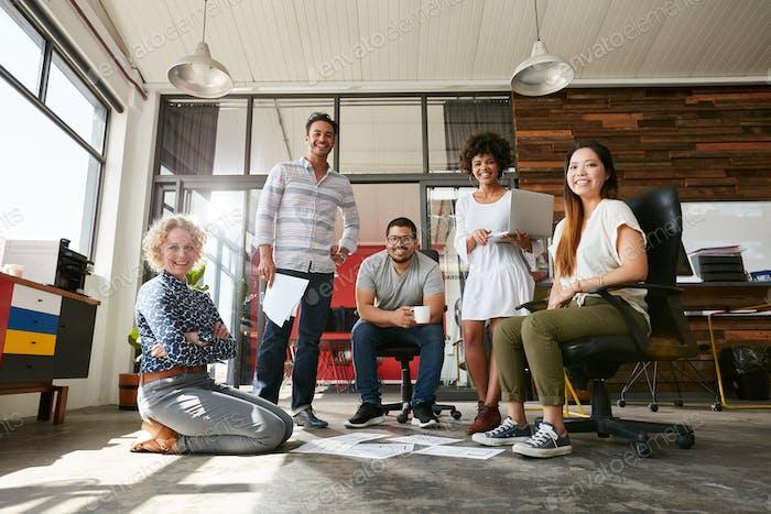 Team von kreativen Mitarbeitern im Büro