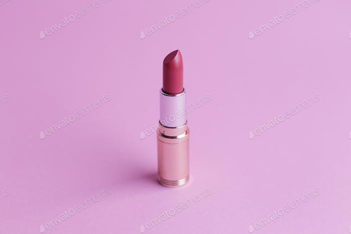 Rouge à lèvres mode sur fond rose