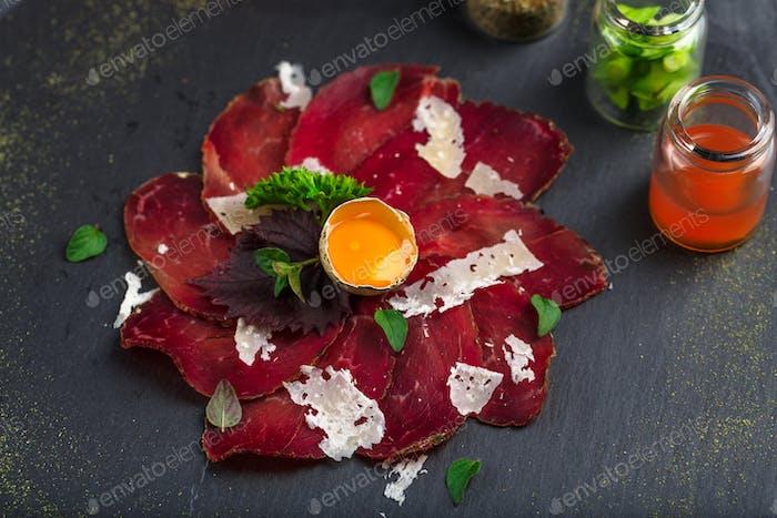 Wurstbrett mit italienischem Bresaola Wurstfleisch, Parmesankäse, Blick aus der Nähe