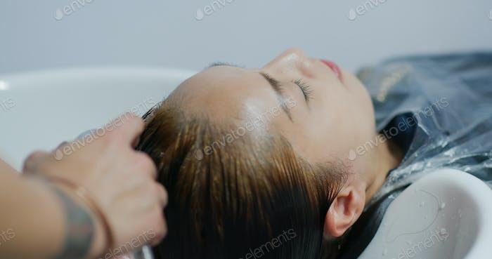 Frau färben ihre Haare im Schönheitssalon