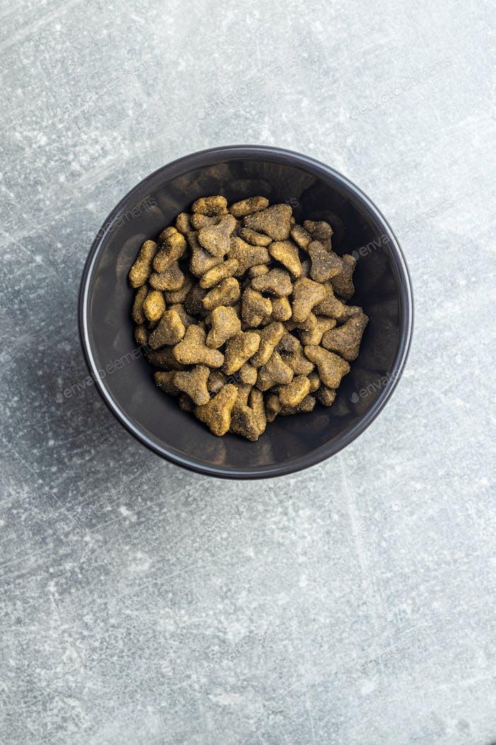 Trockenfutter für Haustiere. Kibble Hunde- oder Katzenfutter