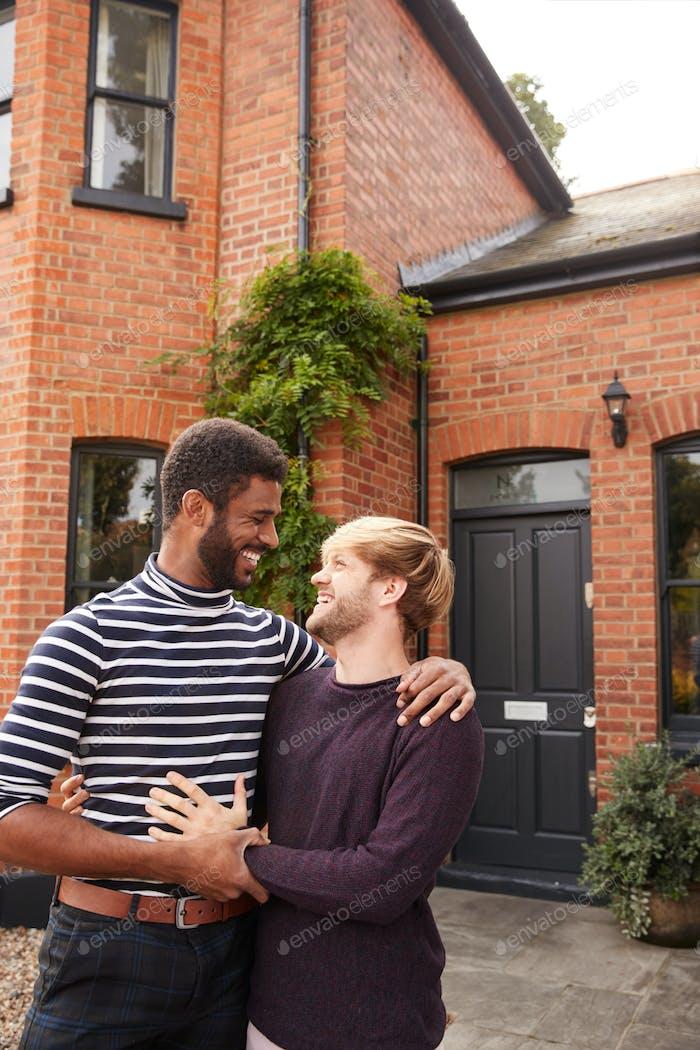 Aufgeregt Homosexuell Männlich Paar stehend außerhalb neue Zuhause auf Umzug Tag zusammen