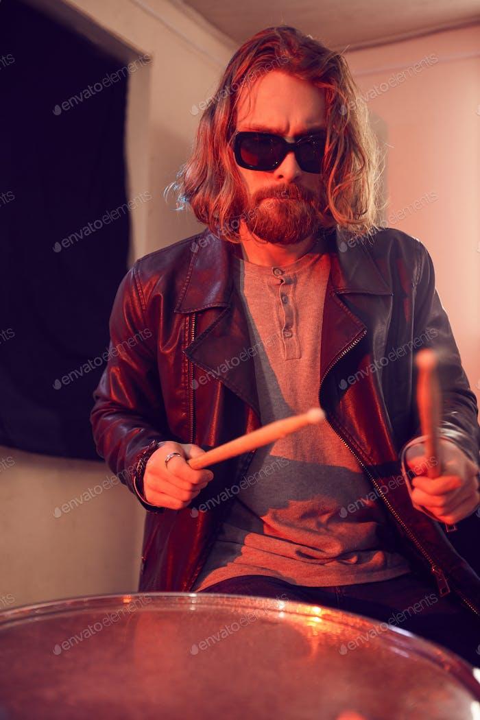 Langhaariger Schlagzeuger