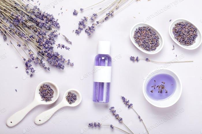 Körperpflegeprodukte aus Lavendel. Aromatherapie, Spa und natürliches Gesundheitswesen Mockup