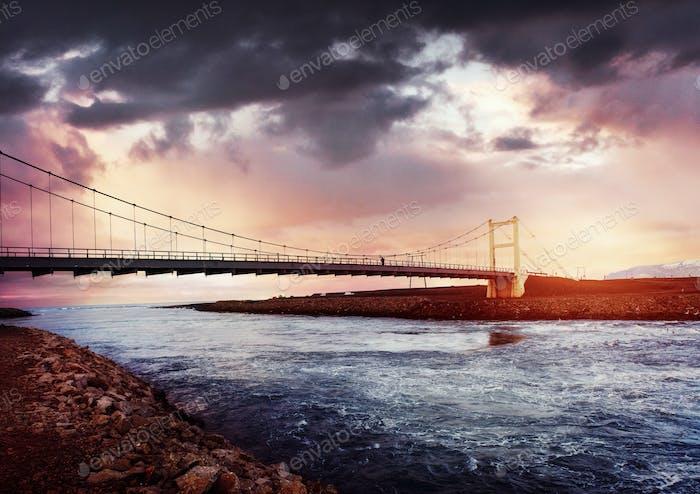 Brücke über einen Kanal, der Jokulsarlon-Lagune und Atlantik verbindet