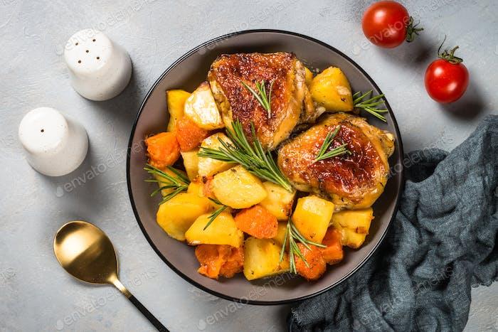 Gebackenes Huhn mit Gemüse Draufsicht