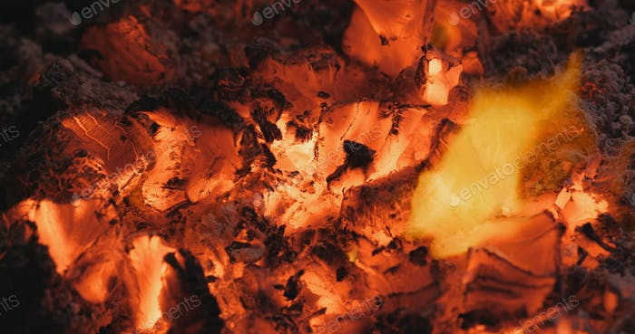 Holzkohle in Brand