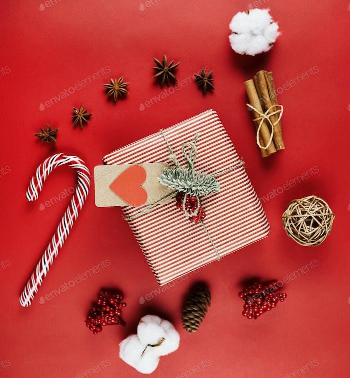 Dekoriertes Weihnachtsgeschenk