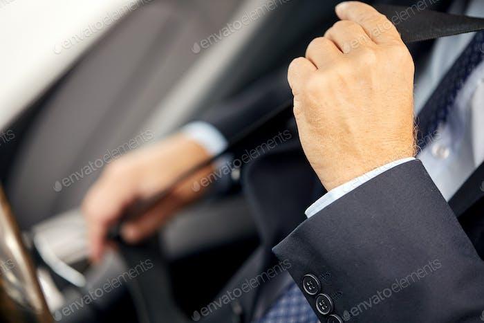 Senior Geschäftsmann Befestigung Auto-Sicherheitsgurt