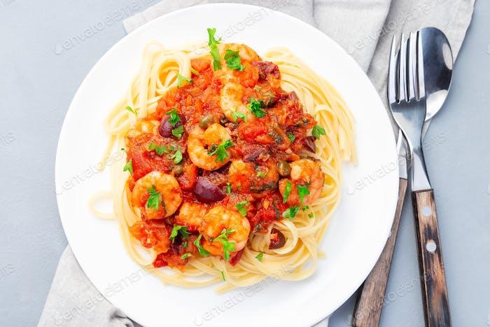 Italienische Linguine Puttanesca, Pasta mit Garnelen in Tomaten-Basilikum-Sauce horizontal, Draufsicht