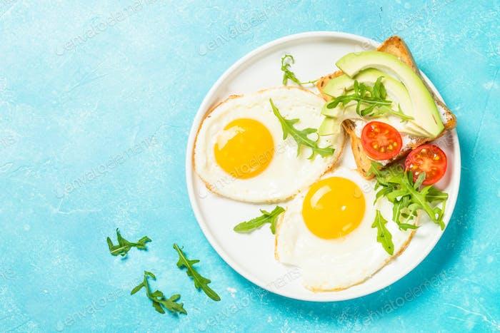 Gesundes Frühstück mit Ei, Toast und Salat