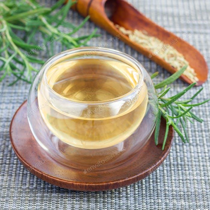 Kräuterrosmarin Tee in Glastasse auf orientalischem Hintergrund, quadratisch