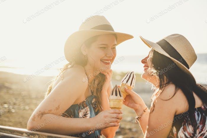 Concepto de verano y amistad con pareja de chicas jóvenes felices
