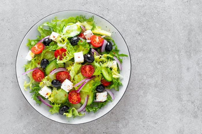 Griechischer Salat mit frischem rohem Gemüse und Feta