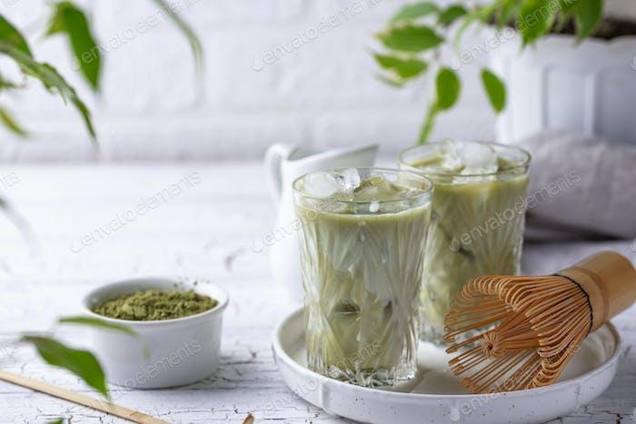 Kalter Matcha-Tee mit Milch und Eis