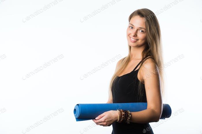 Studio Schuss von jungen schönen Teenager-Mädchen hält Yoga-Matte und posiert bereit für Fitness-Studio