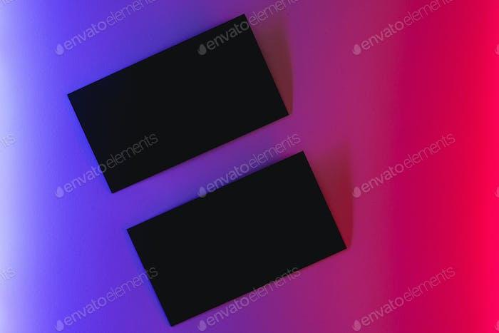 Tarjetas de papel de colores en luz de neón de cerca