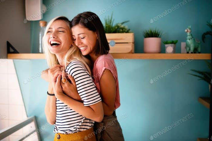 fröhlich Lesben umarmen passioantely und haben Spaß zusammen